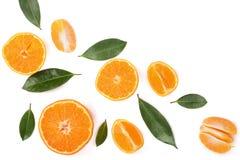Sinaasappel of mandarijn met bladeren op witte achtergrond met exemplaarruimte worden geïsoleerd voor uw tekst die Vlak leg, hoog Stock Foto's