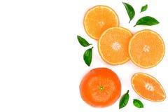 Sinaasappel of mandarijn met bladeren op witte achtergrond met exemplaarruimte worden geïsoleerd voor uw tekst die Vlak leg, hoog Royalty-vrije Stock Foto