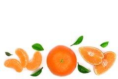 Sinaasappel of mandarijn met bladeren op witte achtergrond met exemplaarruimte worden geïsoleerd voor uw tekst die Vlak leg, hoog Royalty-vrije Stock Afbeelding