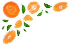 Sinaasappel of mandarijn met bladeren op witte achtergrond met exemplaarruimte worden geïsoleerd voor uw tekst die Vlak leg, hoog Stock Foto