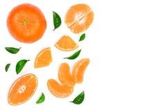 Sinaasappel of mandarijn met bladeren op witte achtergrond met exemplaarruimte worden geïsoleerd voor uw tekst die Vlak leg, hoog Stock Fotografie