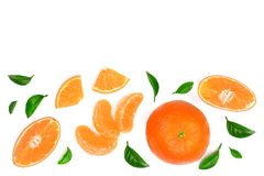 Sinaasappel of mandarijn met bladeren op witte achtergrond met exemplaarruimte worden geïsoleerd voor uw tekst die Vlak leg, hoog Stock Afbeelding