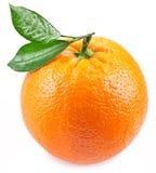Sinaasappel met bladeren op een witte achtergrond worden geïsoleerd die. royalty-vrije stock afbeeldingen