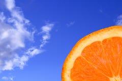 Sinaasappel met blauwe hemel stock foto