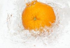 Sinaasappel met dalingen van water. Stock Afbeelding