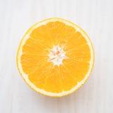 Sinaasappel met de helft van sinaasappel Stock Foto's