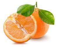 Sinaasappel met de helft van sinaasappel op een witte achtergrond Royalty-vrije Stock Foto
