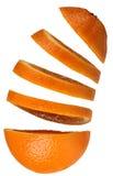 Sinaasappel met drijvende plakken Stock Afbeelding