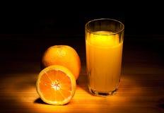 Sinaasappel met een glas sap Stock Afbeeldingen