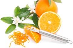 Sinaasappel met een schil Royalty-vrije Stock Foto's