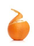Sinaasappel met gepelde spiraalvormige huid Royalty-vrije Stock Afbeeldingen