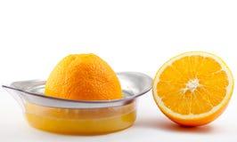 Sinaasappel met juicer. op wit. Stock Foto's