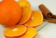 Sinaasappel met kaneel Royalty-vrije Stock Foto's