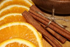 Sinaasappel met kaneel dichte omhooggaand Royalty-vrije Stock Foto