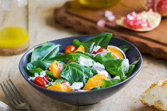 Sinaasappel met spinazie, granaatappel en feta-kaassalade Royalty-vrije Stock Foto's