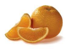 Sinaasappel met twee plakken op witte achtergrond Stock Foto's