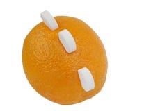 Sinaasappel met vitamine Ctabletten op wit Royalty-vrije Stock Foto