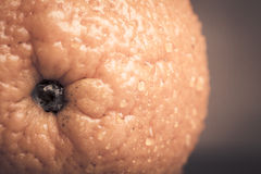 Sinaasappel met waterdalingen op het huidclose-up op een lichte backgrou Stock Fotografie