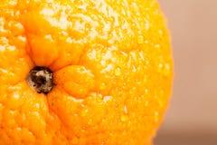 Sinaasappel met waterdalingen op het huidclose-up op een lichte backgrou Stock Afbeeldingen
