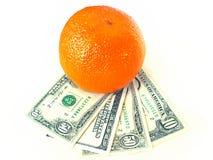 Sinaasappel op de dollars Royalty-vrije Stock Afbeeldingen