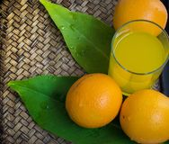 Sinaasappel op een mandenmakerijachtergrond Stock Foto
