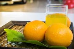 Sinaasappel op een mandenmakerijachtergrond Stock Afbeeldingen