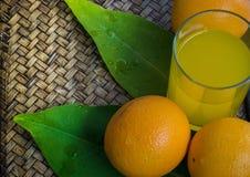 Sinaasappel op een mandenmakerijachtergrond Stock Afbeelding