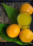 Sinaasappel op een mandenmakerijachtergrond Royalty-vrije Stock Fotografie