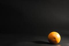 Sinaasappel op een zwarte achtergrond Stock Foto's