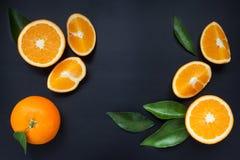 Sinaasappel op een zwarte achtergrond Stock Afbeeldingen