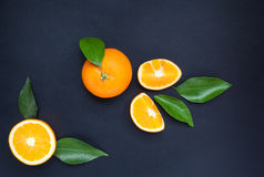 Sinaasappel op een zwarte achtergrond Royalty-vrije Stock Afbeeldingen