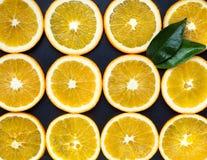 Sinaasappel op een zwarte achtergrond Royalty-vrije Stock Fotografie