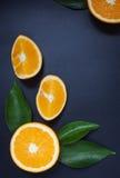 Sinaasappel op een zwarte achtergrond Stock Foto
