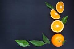 Sinaasappel op een zwarte achtergrond Royalty-vrije Stock Afbeelding