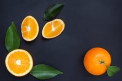Sinaasappel op een zwarte achtergrond Stock Afbeelding