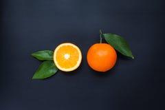 Sinaasappel op een zwarte achtergrond Stock Fotografie