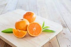 Sinaasappel op houten achtergrond Stock Foto