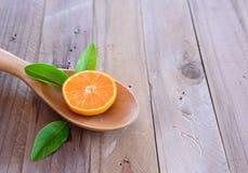 Sinaasappel op houten lepel Royalty-vrije Stock Afbeelding