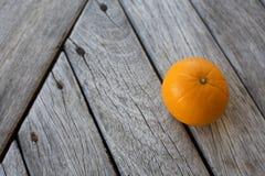 Sinaasappel op houten vloer Stock Afbeeldingen