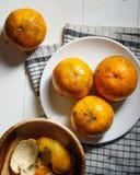 Sinaasappel op Plaatstilleven Stock Foto's