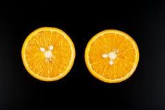 Sinaasappel op zwarte achtergrond wordt geïsoleerd die Royalty-vrije Stock Foto's