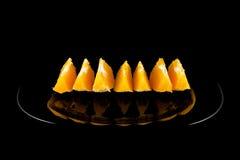 Sinaasappel op zwarte plaat Royalty-vrije Stock Afbeelding