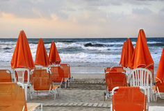 Sinaasappel parasols op het strand stock fotografie