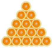 Sinaasappel Plakken van sinaasappel in een piramide Geïsoleerde witte achtergrond stock afbeeldingen