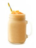 Sinaasappel smoothie in een metselaarkruik met geïsoleerd stro Stock Foto's