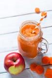 Sinaasappel smoothie van wortel en appel Stock Afbeelding