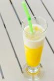 Sinaasappel smoothies stock afbeeldingen