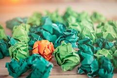 Sinaasappel verfrommeld document onder groene pape Royalty-vrije Stock Foto's