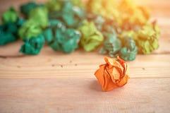 Sinaasappel verfrommeld document onder het Groenboek Royalty-vrije Stock Foto's