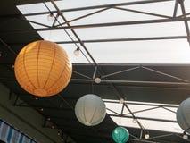 Sinaasappel, wit, en Groenboeklantaarns die in het industriële plaatsen hangen royalty-vrije stock foto